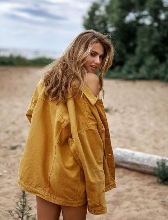 Марина Митрофанова в куртке на голое тело