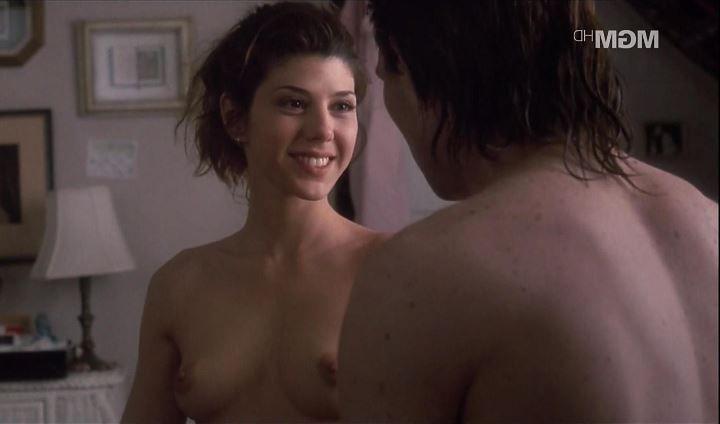 Мариса Томей с голой грудью