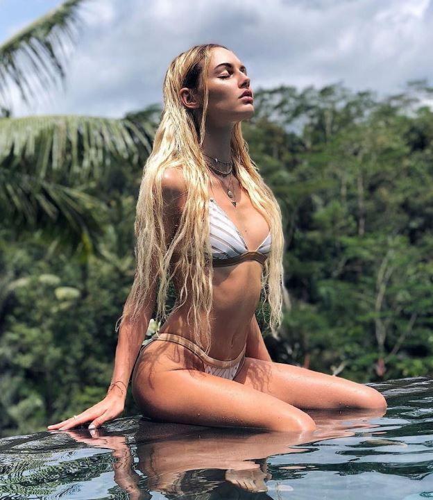 Полина Фаворская фото в купальнике