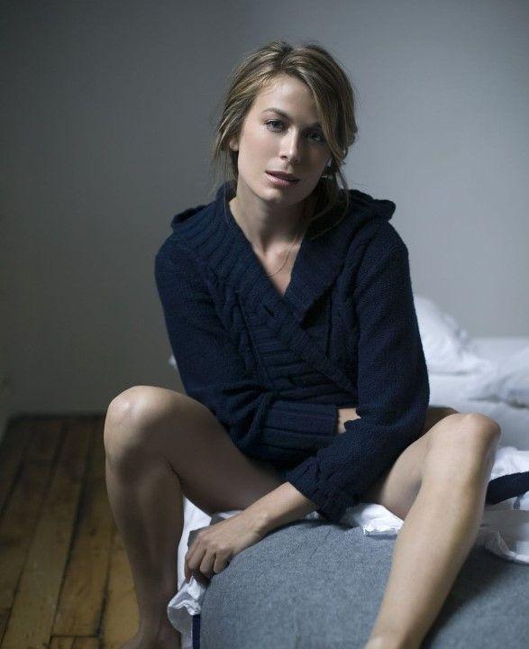Соня Уолгер раздвинула голые ноги