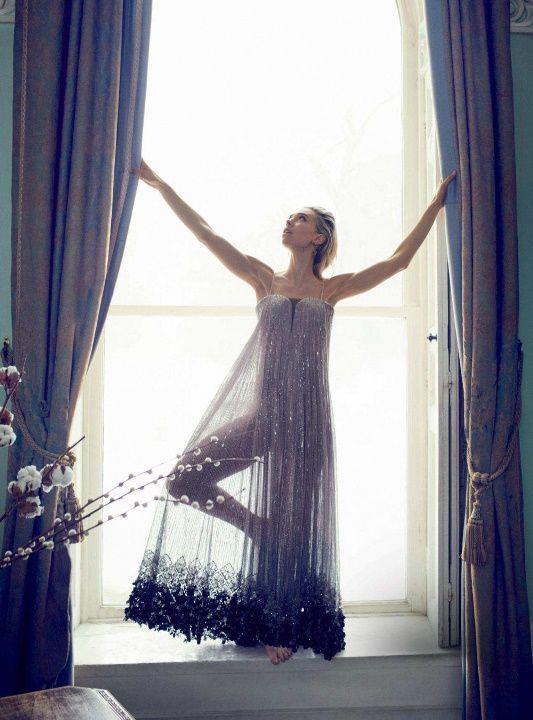 Ванесса Кирби в голом платье