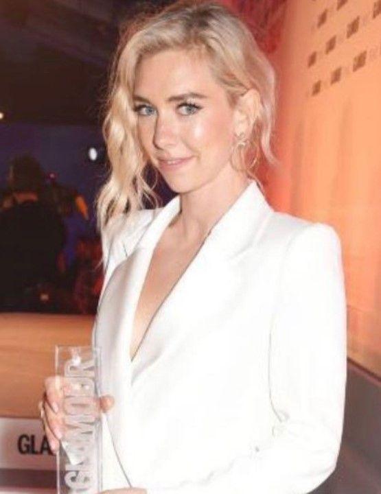 Ванесса Кирби в пиджаке на голое тело
