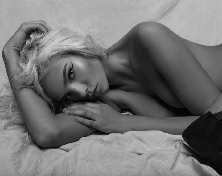 Алеся Кафельникова с голой грудью