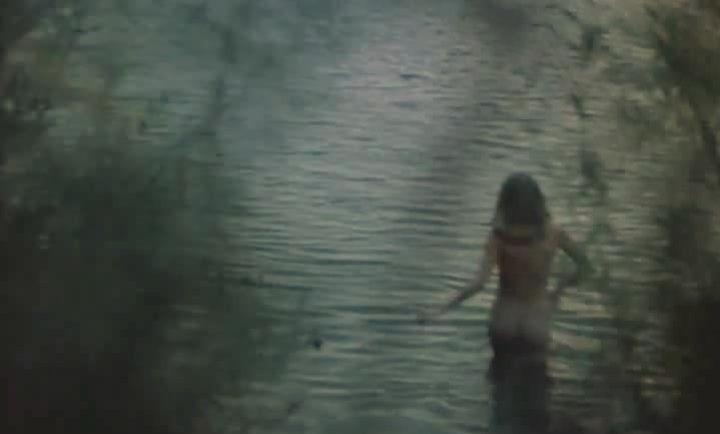 голая Анжелика Неволина купается в пруду