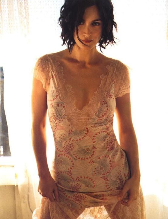 Кэрри-Энн Мосс в голом платье
