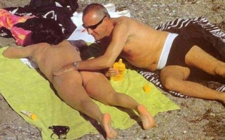 голая Кэрри-Энн Мосс на пляже