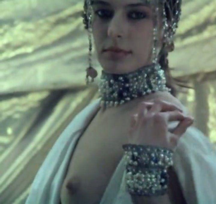 Ирина Безрукова с голой грудью