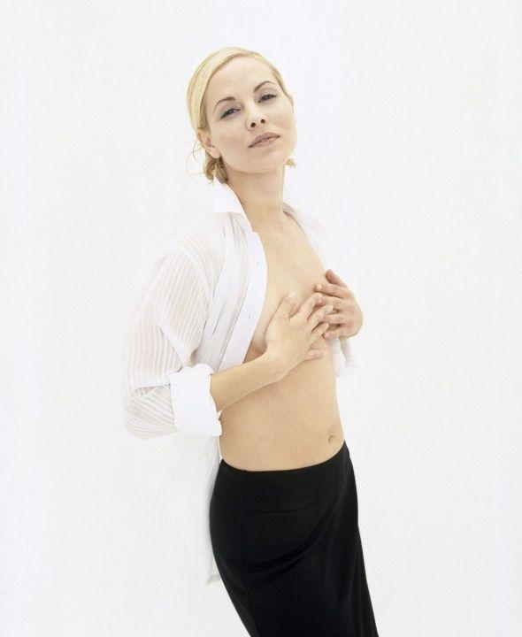 Мария Белло с голой грудью