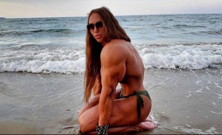 Наталья Кузнецова с голой грудью