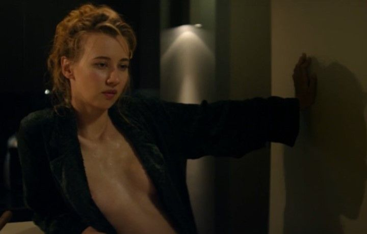 Вильма Кутавичюте в халате на голое тело