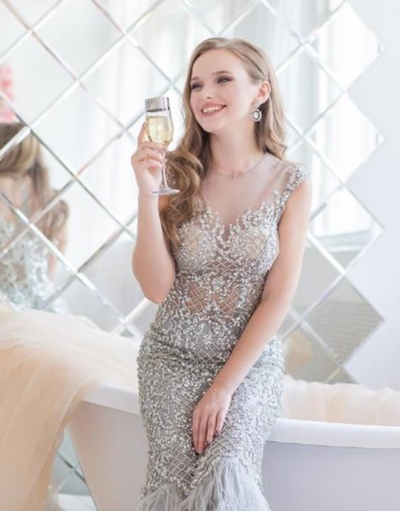 Екатерина Хомчук в голом платье