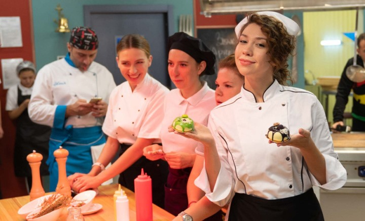 Голые актрисы сериала Кухня - война за отель