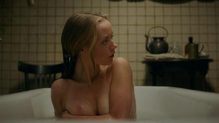 Виктория Агалакова с голой грудью