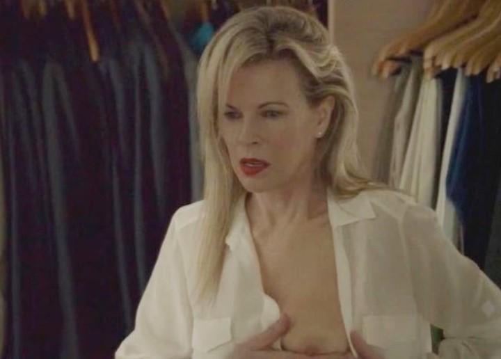 Ким Бейсингер мнет свою голую грудь